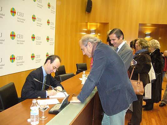 Fernando Prado Pardo firmando ejemplares de su libro
